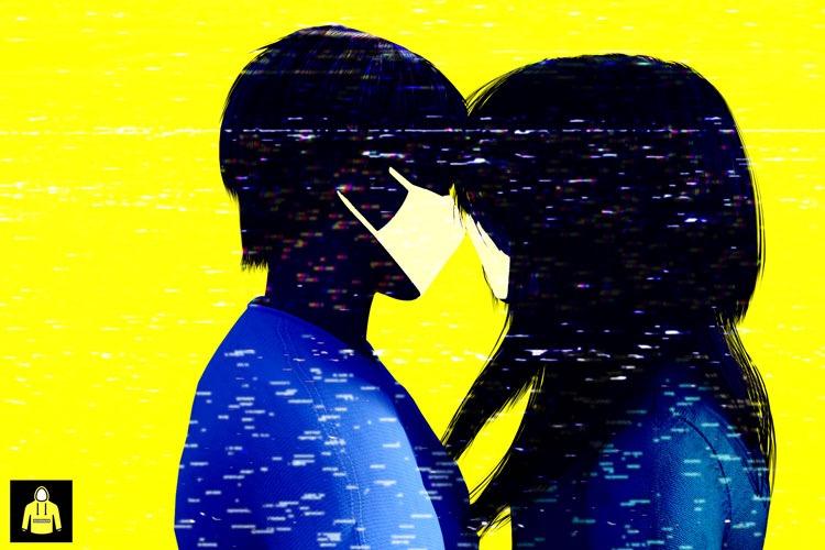 זוג מתנשק עם מסיכות קורונה