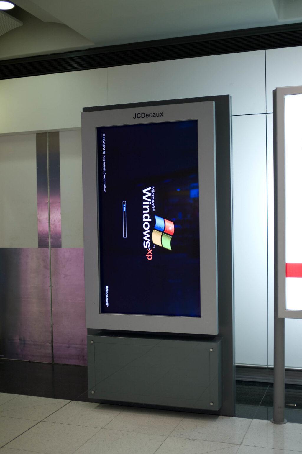 מסך פרסומת שרץ על חלונות XP 🖼️ ג'וי איטו (CC-BY)