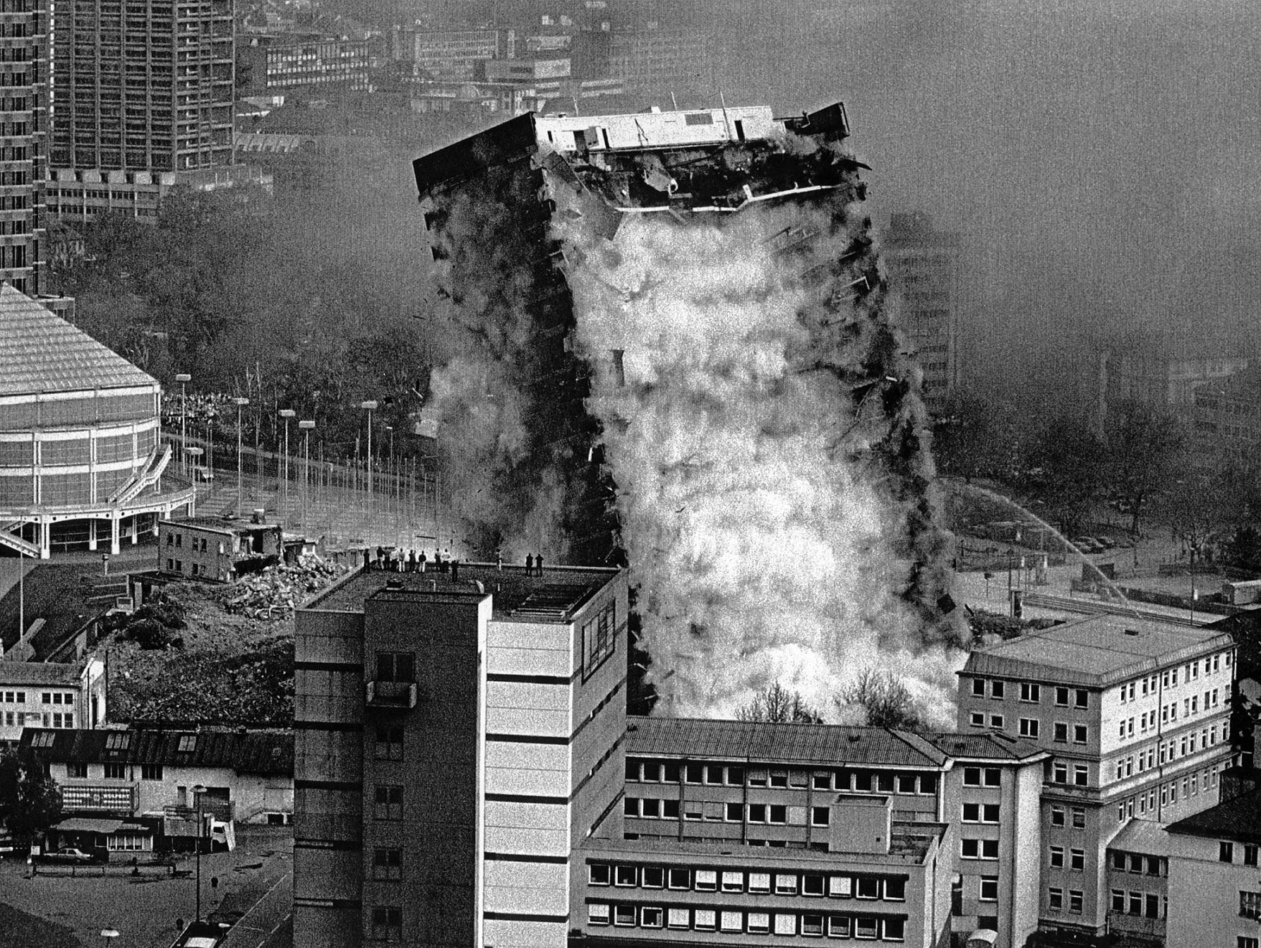 """גרמניה - פיצוץ מבוקר, 1996 (פרט ממיצג; מוצג בתערוכת הווה מתמשך: חדש באמנות עכשווית"""" במוזיאון ישראל) 🖼️ © יוליאן רוזפלדט ופיירו שטיינלה"""